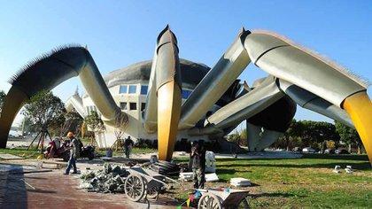 La construcción tiene tres pisos, mide 16 metros de altura y 75 metros de longitud