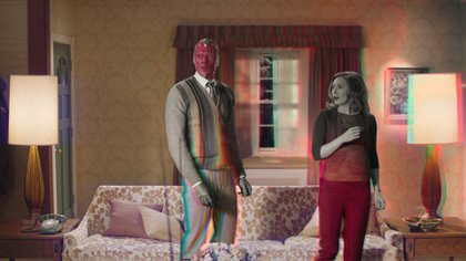 """Fotograma cedido por Disney+ donde aparecen la actriz Elizabeth Olsen como Scarlet Witch y el actor Paul Bettany como Vision, durante una escena de la serie """"WandaVision"""", la primera original de Marvel en esta plataforma. EFE/ Disney+"""