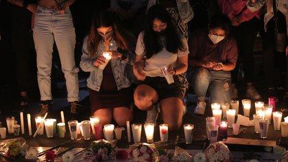 Familiares y amigos de la docente Jessica González Villaseñor encienden veladoras afuera del Palacio de Gobierno hoy, en la Ciudad de Morelia, en el estado de Michoacán (México). EFE/ Ivan Villanueva