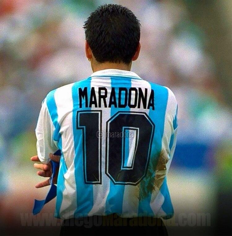 La foto que publicó Maradona en Instagram en el mismo momento que hallanaban la casa