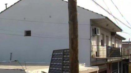 Los tres delincuentes subieron al balcón del departamento luego de trepar al techo de uno locales linderos