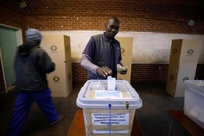 Un elector en Harare (REUTERS/Mike Hutchings)