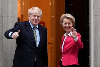 El primer ministro Boris Johnson y la presidenta de la Comisión Europea, Ursula van der Leyen. REUTERS / Toby Melville / Foto de archivo
