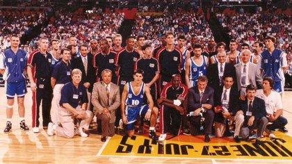La foto de la selección argentina con el Dream Team en el preolímpico que se jugó en la ciudad de Portland, previo a los Juegos Olímpicos de Barcelona 92. En el medio de la imagen, con la número 10, Juan Espil. A su lado, Michael Jordan