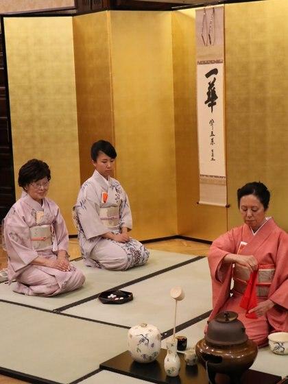 """""""Alcanzar la paz en el mundo con una taza de té"""", la filosofía detrás de los grandes maestros del Chado (Embajada de Japón en Argentina)"""