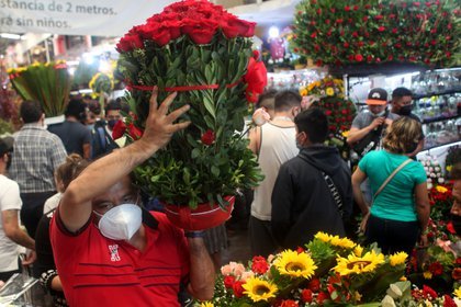 Cientos de personas salían del Mercado de Jamaica con grande arreglo florales. Ciudad de México, mayo 10, 2021. Foto: Karina Hernández / Infobae
