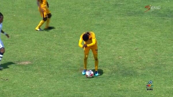 Un jugador del Kaizer Chiefs hace un regate innecesario ante un rival del Platinum Stars FC