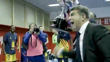 Una efusiva arenga, el abrazo con Messi y el inicio de una nueva Era: el íntimo festejo del presidente del Barcelona con la plantilla