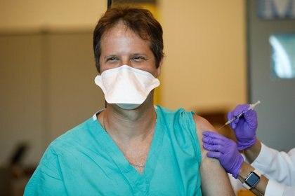 El doctor Ahaorn Sareli recibe la vacuna contra el COVID-19 en Miramar, Florida. Foto: REUTERS/Marco Bello