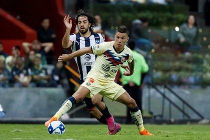Mateus Uribe disputa el balón con Rodolfo Pizarro de Monterrey este sábado, durante un partido de la jornada uno del Torneo Apertura del fútbol mexicano (EFE/José Méndez)