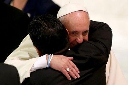 Diego habló con varios jefes de Estado y departió hasta con dos papas. En la imagen abraza al Papa Francisco durante una audiencia especial.