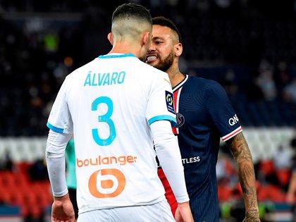 El delantero del Paris Saint Germain Neymar y el defensa español del Olympique de Marsella Álvaro González mantienen este lunes en Twitter su volcánico duelo de anoche en Twitter, que terminó con la expulsión de la estrella brasileña. EFE/EPA/Julien de Rosa