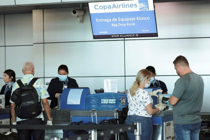 Muchos países han instituido prohibiciones de viajes y muchos otros ofrecieron alertas sanitarias. (REUTERS/Erick Marciscano)