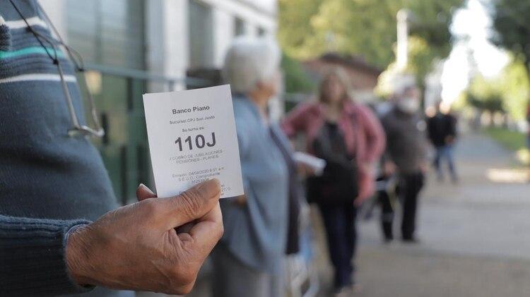 Para asistir a un banco se va a requerir un turno, excepto para los jubilados que van a cobrar sus haberes (Lihueel Althabe)