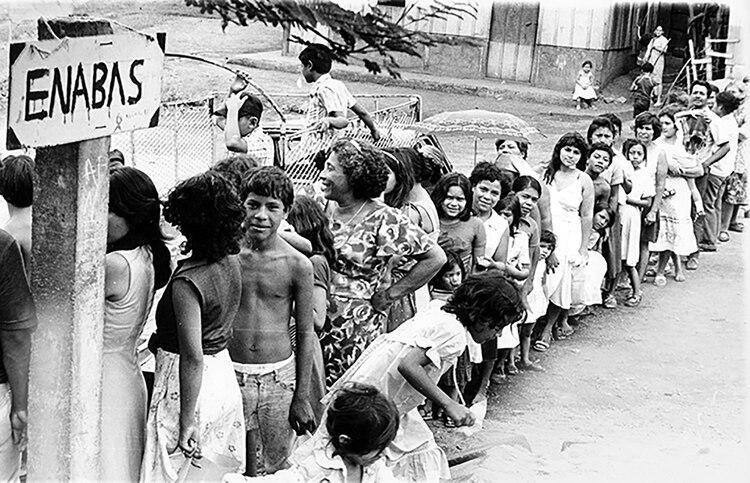 Grandes filas para conseguir productos básicos en la Nicaragua de la década del 80, durante el bloqueo impuesto por Estados Unidos