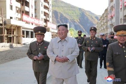 Sonriente, el dictador Kim Jong-un inspecciona un sitio de recuperación de daños afectado por fuertes lluvias y vientos causados por tifones recientes, en el distrito de Geomdeok, provincia de Hamgyong del Sur (Reuters)