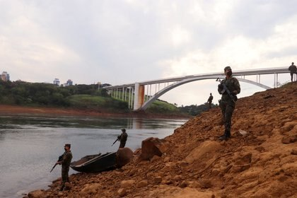 Soldados brasileños patrullan la rivera del puente de la amistad que conecta Brasil y Paraguay. Foto: REUTERS/Christian Rizzi