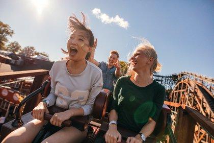 Los parques de atracciones le pidieron a sus visitantes que eviten gritar en las montañas rusas (Shutterstock)