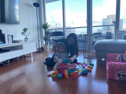Soledad Cedro juega con su hija en su casa de Miami. Toda su familia está en aislamiento por haber contraído COVID-19 (Soledad Cedro/ Infobae)