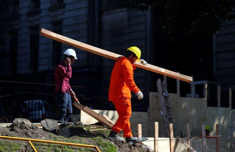 FOTO DE ARCHIVO: Un obrero carga una madera en un sitio de construcción en Buenos Aires, Argentina 5 septiembre, 2018. REUTERS/Marcos Brindicci