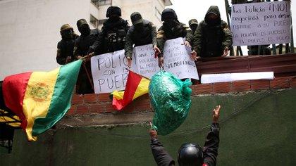 """""""Policía con el pueblo"""", dice uno de los carteles de los efectivos (Reuters)"""