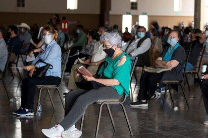 MEX9178. SALTILLO (MÉXICO), 07/04/2021.- Personas esperan turno hoy para recibir la vacuna contra la covid-19, en un modulo instalado en La Arena Saltillo, en el norteño estado de Coahuila (México). México atraviesa la pandemia de covid-19 con aciertos, insuficiencias en su sistema de salud y un presupuesto limitado, aunque ha logrado una exitosa reconversión hospitalaria que evitó el colapso del sistema mientras avanza en su plan de inmunización. EFE/Miguel Sierra