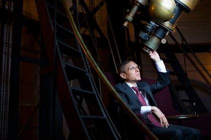 Avi Loeb, el máximo astrónomo de la Universidad de Harvard, junto a un telescopio de esa casa de estudios (The Washington Post)