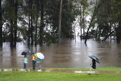 La gente se para a orillas del río Nepean en Jamisontown (AP Photo/Mark Baker)