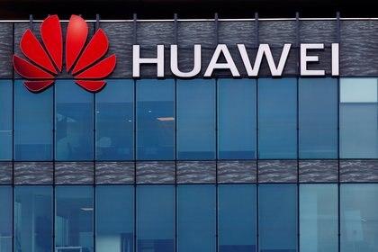Una vista muestra un logotipo de Huawei en la sede de la empresa ligada al régimen chino en Boulogne-Billancourt, cerca de París, Francia (Reuters)