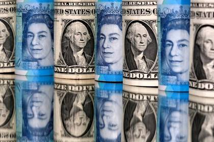 FOTO DE ARCHIVO. Billetes de libras esterlinas y dólares estadounidenses se ven en esta imagen de ilustración. 6 de enero de 2020. REUTERS/Dado Ruvic.