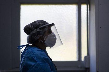 Una trabajadora sanitaria en Argentina con protección frente al coronavirus (CONTACTOPHOTO)
