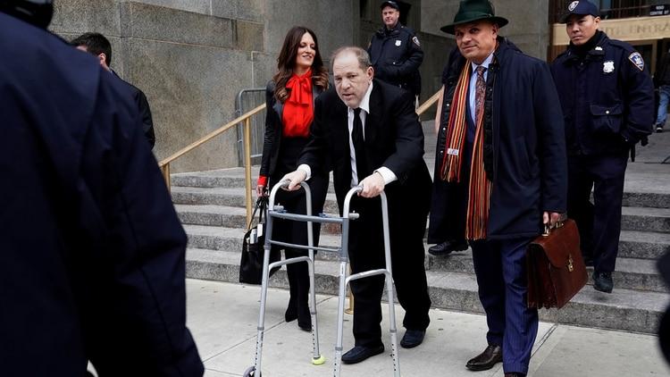 El productor Harvey Weinstein saliendo de la corte de Nueva York donde es juzgado por delitos sexuales (REUTERS/Carlo Allegri)