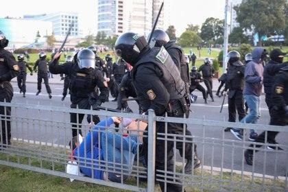 Agentes de la ley bielorrusos golpearon a un hombre con porras durante una protesta de la oposición contra la toma de posesión de Alexandr Lukashenko en Minsk el 23 de septiembre de 2020 (Tut. Por vía REUTERS)