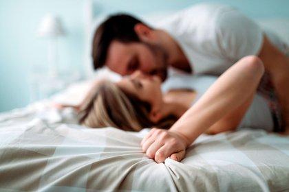 En contraposición a la eyaculación masculina, las mujeres no tienen un marcador claro para el orgasmo, por lo que deben confiar en las pistas sobre su fisiología para determinar si llegaron al clímax (Shutterstock)