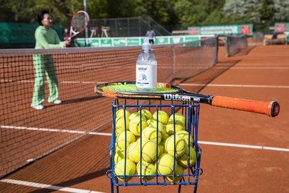En algunas partes del mundo ya se comenzó a practicar tenis con distintos protocolos sanitarios (Foto: EFE)