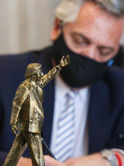 La réplica en escala de la estatua de Kirchner que tiene el presidente Alberto Fernández