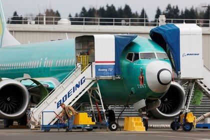 Un empleado trabaja cerca de un avión Boeing 737 Max en las instalaciones de producción de Boeing 737 Max en Renton, Washington, EE. UU., 16 de diciembre de 2019. (REUTERS / Lindsey Wasson /archivo)
