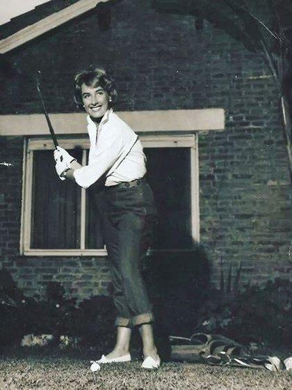 La diva, sonriente, jugando al golf