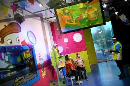 Imagen de archivo. Dos mujeres se divierten en el Papalote Museo del Niño, que reabrió sus puertas luego de permanecer cerrado desde marzo, mientras continúa la propagación del coronavirus en Ciudad de México. 18 de septiembre de 2020. REUTERS / Edgard Garrido