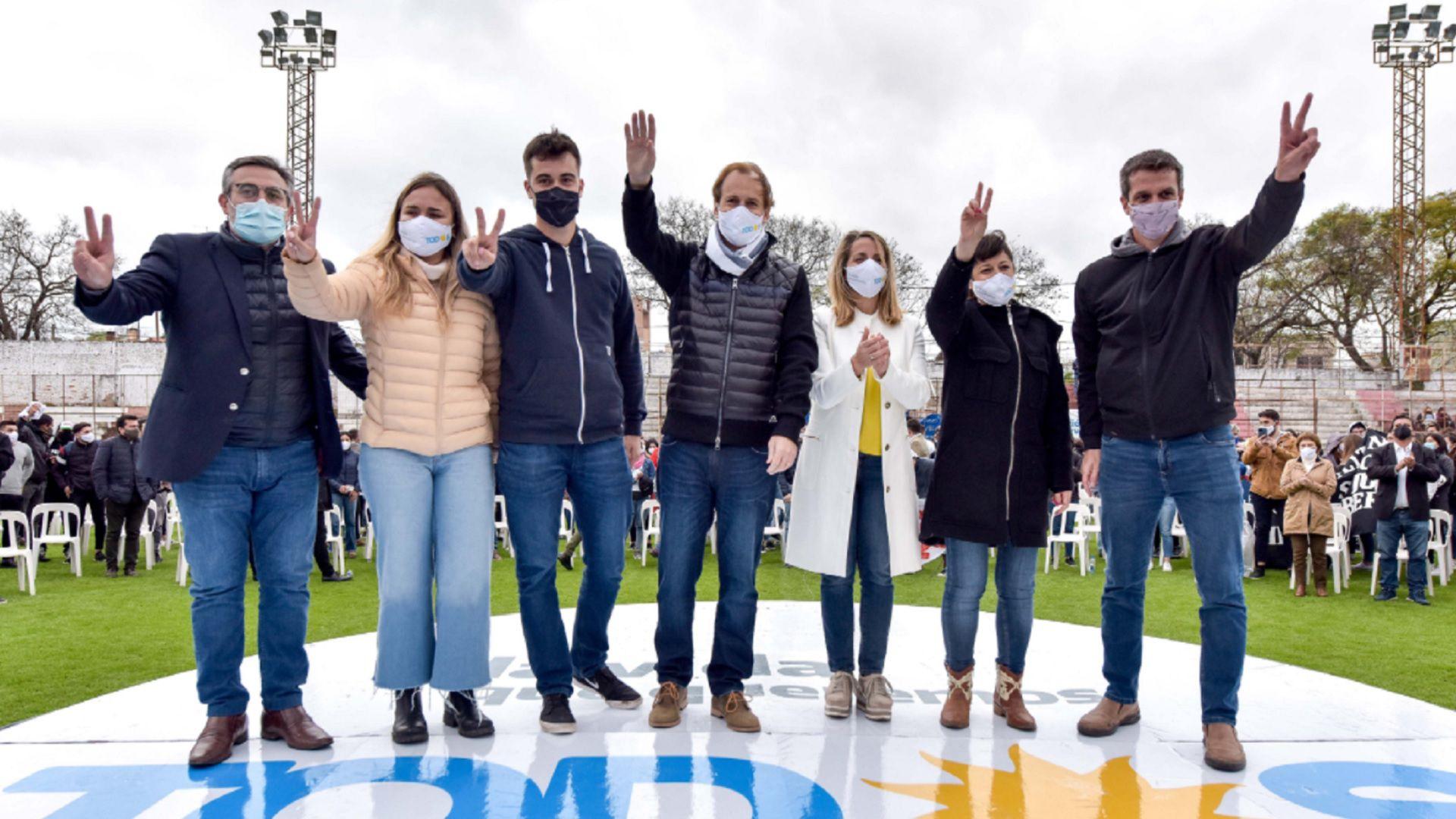 Gustavo Bordet junto a los candidatos del Frente de Todos