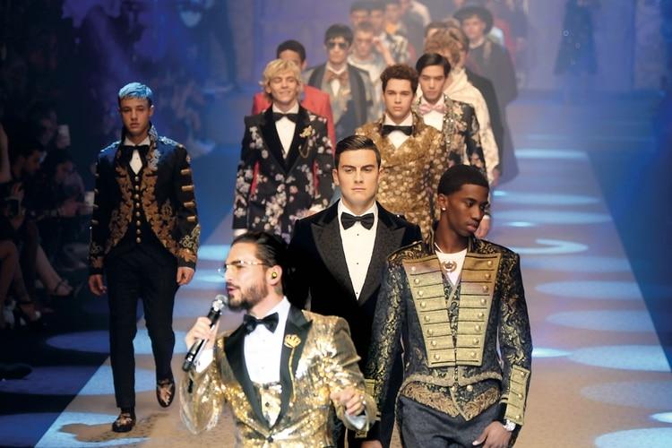 dc954f0fda Paulo Dybala desfilando para Dolce & Gabbana mientras canta Maluma / AFP  PHOTO / Marco BERTORELLO
