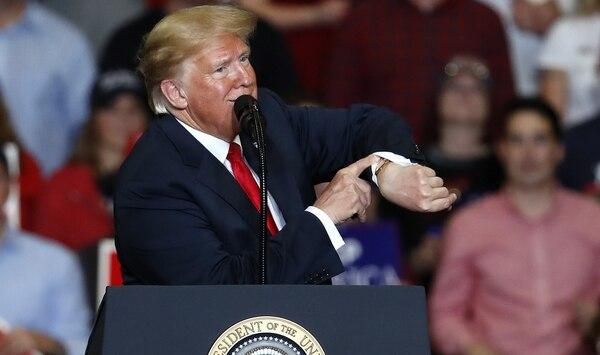 Donald Trump gesticula en Missouri (AP)