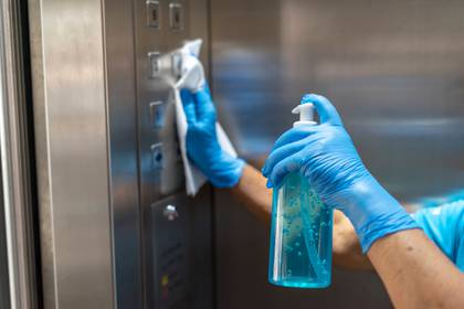 Se deberán desinfectar constantemente los espacios comunes (Shutterstock)