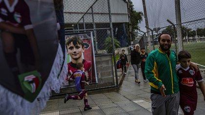 Familiares recogen a jóvenes promesas después de su entrenamiento en el Trieste Futebol Clube en Curitiba,