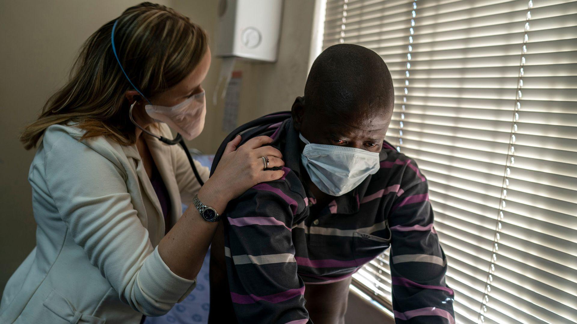La doctora Pauline Howell y un paciente de tuberculosis resistente en el Hospital de Enfermedades Tropicales de Johannesburgo (Joao Silva/The New York Times)