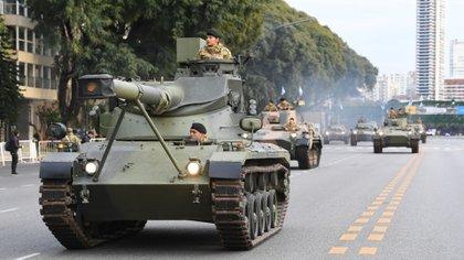 En las primeras horas de la mañana, desfilaron los tanques de guerra de las Fuerzas Armadas