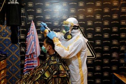 Dos estilistas utilizaron cubrebocas de tela (Foto: REUTERS/Willy Kurniawan)