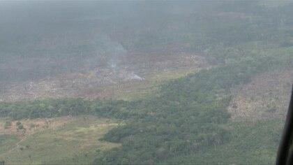 """Colombia anunció el lunes una ofensiva militar contra la expansión del narcotráfico en los parques naturales, donde, según el gobierno, grupos guerrilleros disidentes están """"promoviendo"""" incendios forestales para favorecer esa actividad ilegal."""