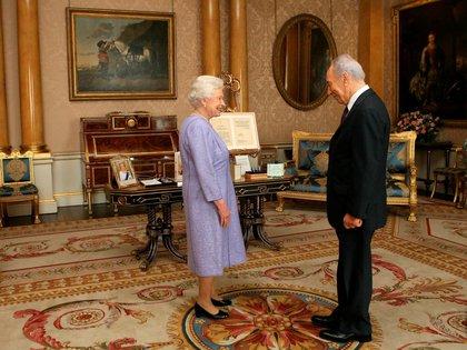 La Reina Isabel recibiendo el presidente de Israel Shimon Peres en Buckingham Palace en 2008