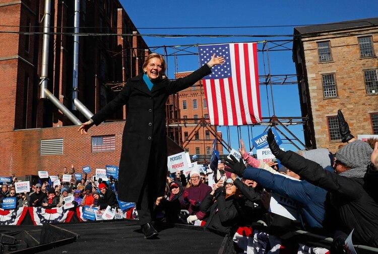 La precandidata demócrata a disputarle la presidencia a Donald Trump en 2020, la senadora Elizabeth Warren, saluda en un acto de campaña enLawrence, Massachusetts,en febrero pasado (Foto:REUTERS/Brian Snyder)